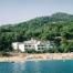 El Hotel Mar Menuda se encuentra situado en medio de un entorno privilegiado, frente al mar, con acceso directo a la Playa de la Mar Menuda.   El mar y la naturaleza son los protagonistas del entorno más inmediato.