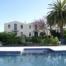 Detall piscina, solarium i façana