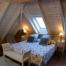 Habitació Doble amb bany,  abuhardillada i amb llit de matrimoni.
