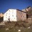 La antiga casa pagès flanquejada per Roca Roja i Castellot.