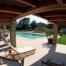 La nostre piscina i al fons la façana del Mas Vermell