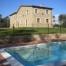 Podem veure que la casa està envoltada de una zona verda i té una piscina