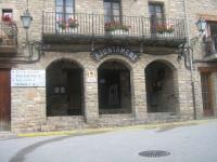 En el Ayuntamiento de Borredà, existen Barreras Arquitectónicas que impiden a un 13 por ciento de ciudadanos (estadísticamente) el acceso a las dependencias municipales.  Y el Juzgado de Paz,  en el 1er. piso, peor,  pues no hay ascensor (barrera arquitectónica máxima). A que espera el alcalde