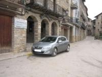L'alcalde de Borredà, aparca sota una senyal de PROHIBIT, i la VORERA PINTADA DE GROC.