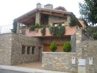 Facchada de la casa del Pintor   E. Amills,  en la calle Barcelona (Urbanització Zona Nord) de Borredà