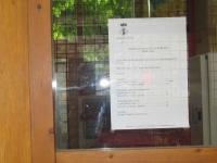 Cartel  Ayuntamiento de Borredà,  pegado en la puerta  de la piscina municipal.  En él se explica que durante el año 2010,  hay dos niñas como 'vigilantes', NADA MAS.  La ley dice que para piscinas públicas de más de 200m2.  Esta tiene 230m.   ES OBLIGATORIO TENER SERVICIO DE SALVAMENTO Y SOCORRIS