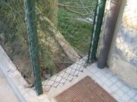 Detall de la tanca del carrer Sant Marc,  l'ajuntament diu que es PROVISIONAL.   On s'ha vist una tanca provisional ancorada a terra amb FORMIGÓ..