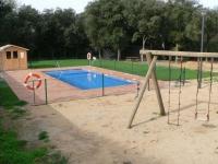 Zona exterior amb piscina, parc infantil i barbacoa
