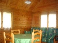 Sala d'estar, menjador, interior d'un bungalow tipus C.