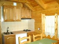 Cuina-menjador a l'interior d'un bungalow tipus B.