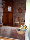 Detall de l'entrada de la casa vist des de la cuina