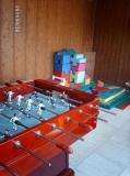 La sala de jocs de la casa amb el futbolí i el castell de peces de roba per les criatures.