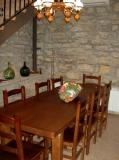 El menjador, situat a la sala-menjador amb llar de foc.