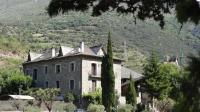 Cal Quimet és una casa rural centenària envoltada de prats al petit poble de Rialp al Pallars Sobirà.