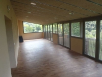 Foto de l'aula exterior de la casa, on es poden fer activitats grupals