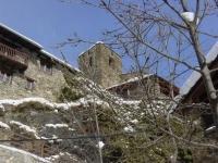 Cases de poble  independent, Cases Artigues esta situat  al Municipi de Vals de Valira a 8 km  d' Andorra. Son dudes cases rurales amb capacitat de  8 u 10 persones.  Cases  confortables  a l' entrada del Parc Natural de l' Alt Pirineu,  en plena natura i vistes espectaculares.