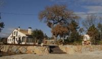 Turisme Rural La Coma Vella és una masia formada per 2 allotjaments independents per a un total de 13 places amb possibilitat de llits supletoris. És una casa ballada,amb aire condicionat, Wiffi, barbacoa, parc infantil, piscina amb vestidors, zona de bosc...