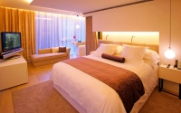L'hotel ofereix servei personalitzat i 15 luxoses habitacions, completament insonoritzades, amb una  decoració minimalista i els majors avanços tècnics i de confort