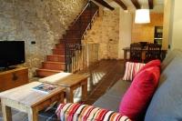 La foto és de la sala d'estar, al primer pis.  La calidesa de la decoració és excepcional molt poc comú en cases que es lloguen totes senceres.