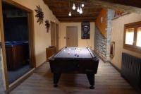 Sala de jocs amb taula de billar i diana.