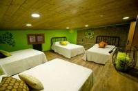 Una de les habitacions de la casa, amb quatre amplis llits.