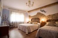 Una de les habitacions de la casa amb dos amplis llits