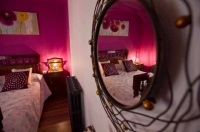 Detall d'una de les habitacions, amb llit de matrimoni.
