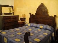 Una de les habitacions, amb llit doble.