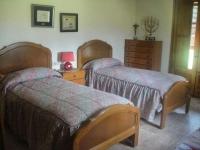 Una de les habitacions, amb dos llits.