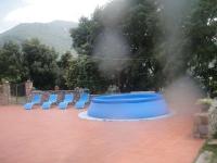 Espai exterior de la casa, amb piscina i solarium