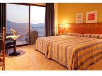 L'habitació i les vistes molt maques de la vall i els boscos des de l'Hotel Can Fisa