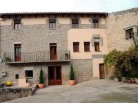 Casa pairal catalana molt antiga (segle XVII), reformada amb totes les comoditats actuals.  Amb dos allotjaments independents, si es vol, en el qual gràcies al treball de molts professionals s'han aconsseguit dos ambients molt diferents i unics a cadascun d'ells