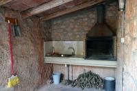 Barbacoa coberta amb espai per menjar a l'exterior