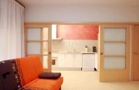 Sala d'estar i cuina d'un dels dos apartaments disponibles.