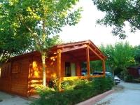 Bungalow familiar de fusta per a 4 persones, completament equipat, calefacció i aparcament.