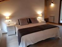 Un dels 5 dormitoris que disposa la casa, amb tot el confort, A/A, calefacció, bany, sortida exterior, TV, wifi...