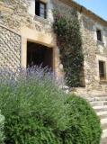 Can Font és una casa de pagès rehabilitada com alberg-casa de colònies, manté l'antiga estructura pairal i té 5 Ha de bosc propi. Està situada al petit nucli urbà de Brunyola (La Selva), encarada al sud, i amb vistes a la plana de Girona, Guilleries i Pirineus.
