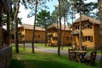 Es un aparhotel amb casas de madera de diferentes capacidades de, 4,6,8,10 plazas, en la misma entrada de Prades, con caballos, ponys, gallinas , barbacoas y piscina.