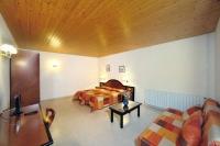 L'allotjament rural Mas Espuella disposa de 7 àmplies habitacions dobles, amb bany complert i TV.