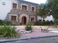 Masia catalana restaurada, zona ajardinada i zona piscina molt bonica. Grans habitacions amb bany complert inclòs. Vina, t'agradarà !!!!