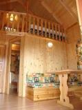 Interior dels Bungalows de fusta, totalment equipats amb Cuina, estris, Bany complert amb cabina de dutxa, aigua calenta, calefacció, i mantes.