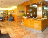 Todas las habitaciones del Hotel Ciutat de Tàrrega presentan suelos de parqué y tienen baño privado con bañera o ducha. Además, cuentan con TV, teléfono, secador de pelo y servicio de despertador.    Situado a tan solo 500 metros de la estación de tren de Tàrrega, ofrece alojamiento elegante.