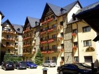 entrada hotel y parking exterior
