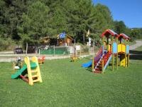 Parc infantil situat al costat del camp de futbol. També disposem de futbolí, taula de ping-pong i una gran varietat de jocs per la mainada