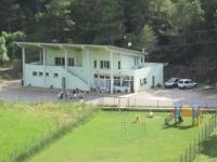 Edifici principal de camping on hi ha el bar, recepció, lavabos, dutxes, bugaderia, botiga, futbolí, ping-pong, varis jocs per la mainada i grans terrasses