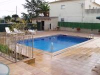 La piscina compartida per als 2 allotjaments independents, a l'exterior de la casa.