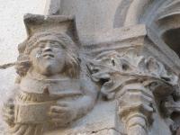 Detall finestral gòtic  de la façana de la Biblioteca Can Salvador de la Plaça de Calella.