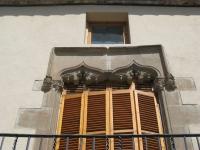 Balcó central gòtic situat a  la façana de la Biblioteca Can Salvador de la Plaça de Calella.