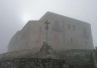 Creu del Castell de Subirats i Santuari de la Font Santa sota la boira