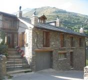 Casa de Poble Independent formada per dos allotjaments amb capacitat de quatre persones cadascun amb explotació ramadera ecològica. Situada a Escàs a 1007 m d'altitud